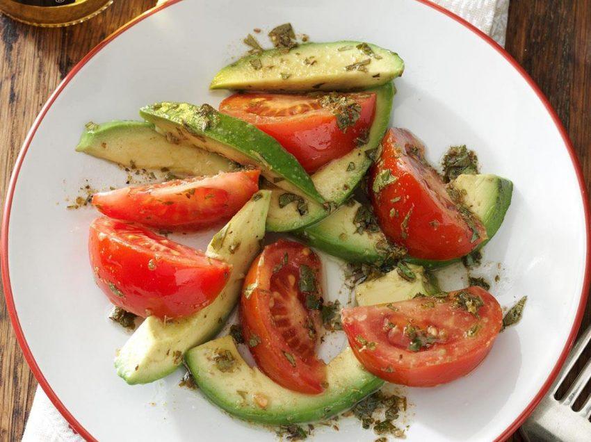 11 полезных свойств авокадо и помидоров для здоровья
