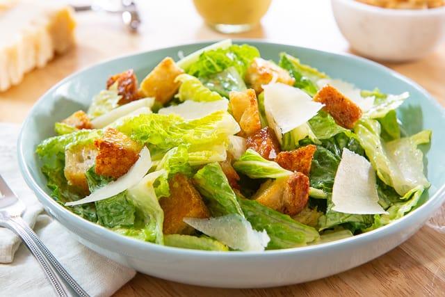 Узнайте удивительные преимущества салата Цезарь для здоровья здесь!